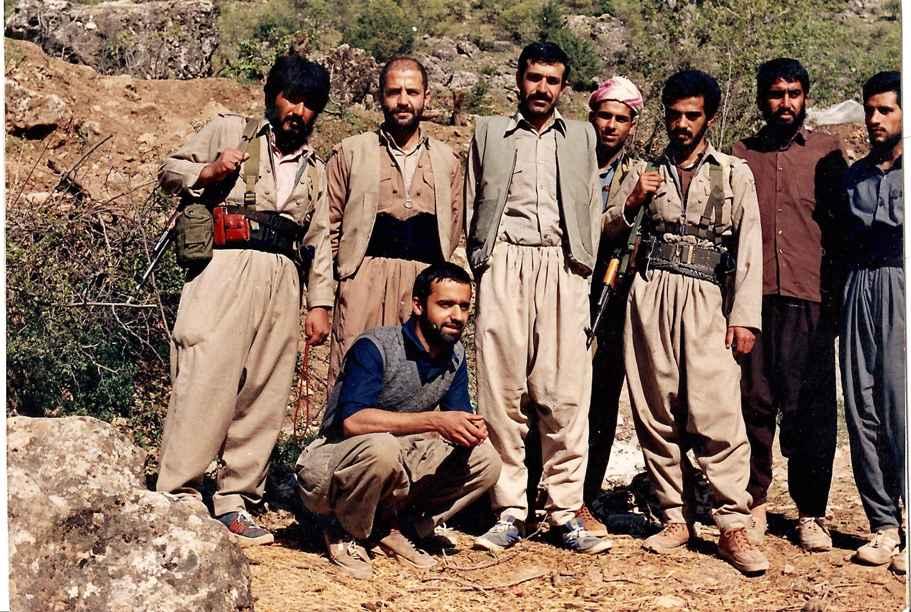 شهید رسول در کردستان عراق به همراه جمعی از دوستان